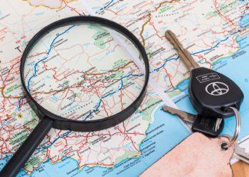 Karte und Autoschlüssel