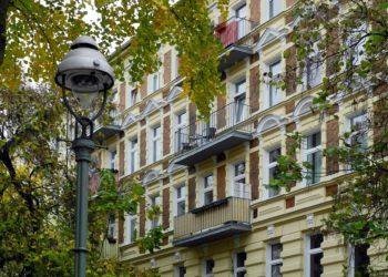 Insbesondere in Großstädten bleibt der Wohnungsmarkt angespannt (Foto: pixabay, license free)