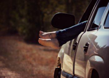 Wer barfüßig Auto fährt, riskiert bei einem Unfall seinen Versicherungschutz (Foto: Theresa Otero, pixabay, license free).