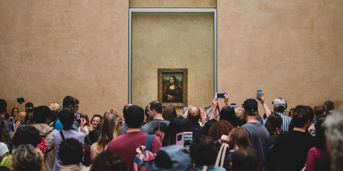 Overtourism vor der Mona Lisa im Pariser Louvre: Die Selfie-Stange ist immer mit dabei! (Foto: Foundry Co by pixabay, license free)