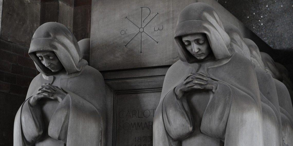 Nach außen hin, gibt sich Italien gerne bigott. Hier  Maria-Statuen eines Friedhofs in Mailand. Doch in Wirklichkeit deckt die Justiz umfangreich Mafia und Rip Deal-Gangster und verweigert internationale Zusammenarbeit in der Strafverfolgung. (Bild: pxiabay)