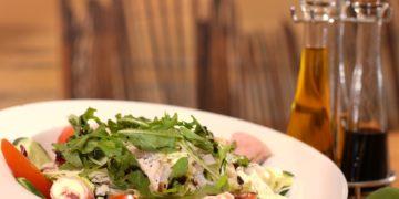 Ein schmackhafter Aceto Balsamico gehört längst nicht mehr nur in Italien zu einem leckeren Salat dazu. (Foto: Pixabay, license free)