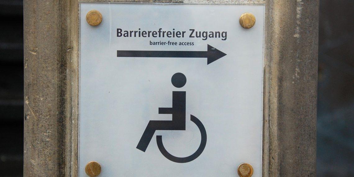 Auf einer Behindertenrampe sollte sich ein Hotelgast mit Krücken eigentlich sicher fühlen (Foto: Pixabay, license free)