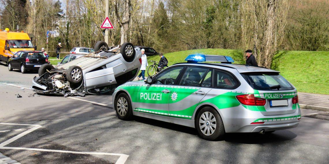 Bei Unfällen werden Passanten gern zu Schaulustigen und behindern dabei Polizei und Rettungskräfte. (Foto: Gerhard Gellinger, Pixabay)