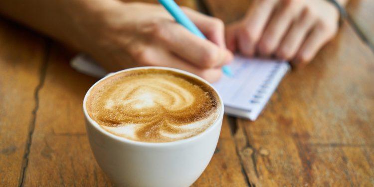 Beim morgendlichen Frühstückskaffee gleich einen Energievertrag abschlie0en? Vorsicht: Irreführung!, warnt die Verbraucherzentrale. (Foto: Engin Akyurt, Pixabay)