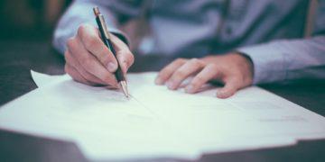 Undifferenzierte Formulierungen im Arbeitsvertrag können dem Arbeitgeber teuer zu stehen kommen. (Foto: Free-Photos, Pixabay)