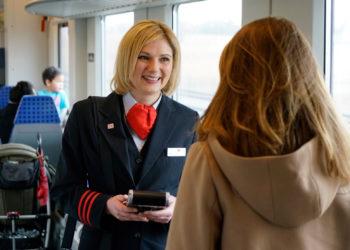 Bahnreisende können mit der Bahncard eine Menge Geld sparen. (Foto: Volker Emersleben / Deutsche Bahn AG)