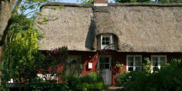 Reetdachbedeckungen prägen das Bild kleiner Dörfer ind Schleswig-Holstein (Symbolbild: Pixabay, license free)