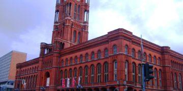 """Das """"Rote Rathaus"""" in Berlin ist der Sitz des Regierenden Bürgermeisters, der Senatskanzlei und Tagungsort des Berliner Senats. (Foto: Oscar Fernando Melo Cruz, Pixabay)"""