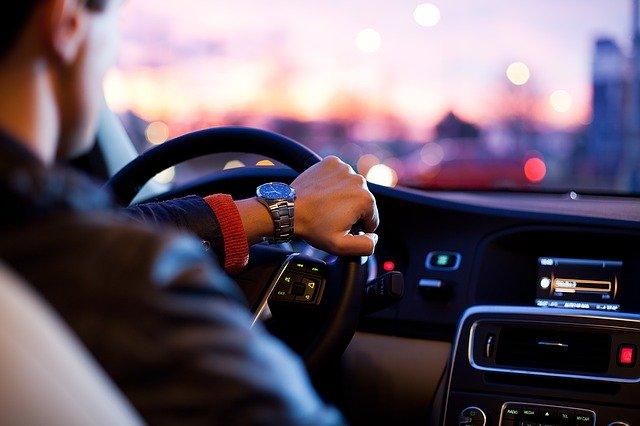 Verstöße im Straßenverkehr werden in Deutschland teurer. (Bild: pixabay free)